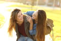 Смешные друзья встречая в улице на заходе солнца стоковое фото rf