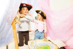 Смешные девушки в костюмах пирата управляя кораблем Стоковые Изображения