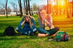 Смешные девушки ослабляя в парке Стоковое Фото