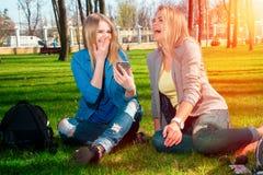 Смешные девушки ослабляя в парке Стоковые Изображения RF