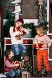 Смешные дети держат подарки на рождество Концепция Стоковое Изображение RF