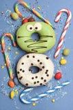 Смешные застекленные donuts на голубой предпосылке Стоковое Изображение RF