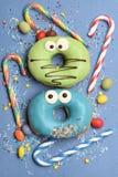Смешные застекленные donuts на голубой предпосылке Стоковые Фотографии RF