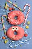 Смешные застекленные donuts на голубой предпосылке Стоковая Фотография RF