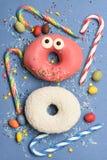Смешные застекленные donuts на голубой предпосылке Стоковое Изображение
