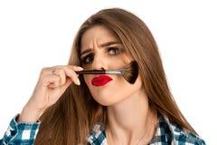 Смешные игры женщины красоты с щеткой состава Стоковые Изображения RF