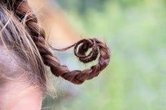 Смешные извивы волос отрезка провода на голове девушки стоковое изображение