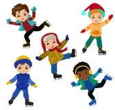 Смешные мальчики в зиме одевают катание на коньках изолированные на белой предпосылке Стоковые Изображения