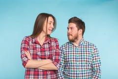 Смешные молодые пары смеясь и околпачивая вокруг совместно на голубой предпосылке стоковые фотографии rf