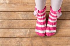 Смешные носки младенца на предпосылке деревянного стола Стоковые Изображения