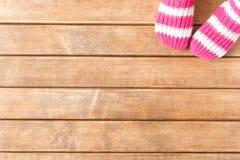 Смешные носки младенца на предпосылке деревянного стола Стоковое Изображение RF