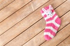 Смешные носки младенца на предпосылке деревянного стола Стоковая Фотография