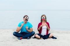Смешные пары на пляже Стоковые Изображения RF