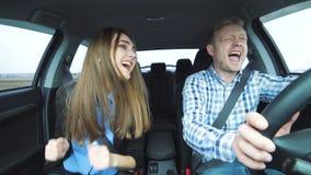 Смешные пары поя, танцевать, принимая selfie, внезапно замедляя для избежания аварии акции видеоматериалы