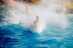 Смешные пары принимая быструю воду едут на поплавке брызгая воду Принципиальная схема каникулы лета стоковые изображения rf