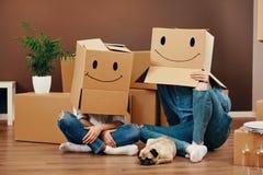 Смешные пары с коробками на головах Стоковое фото RF