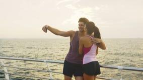 Смешные пары фотографируя после дальнего расстояния которое они бежали совместно сток-видео