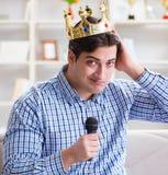 Смешные песни петь человека в караоке дома стоковые изображения rf