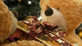 Смешные плюшевые мишки игрушки которые двигают путем проходить коробку одина другого с подарком на рождество Оформление рождества сток-видео