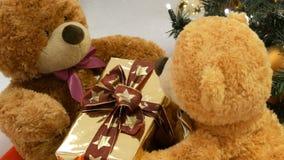 Смешные плюшевые мишки игрушки которые двигают путем проходить коробку одина другого с подарком на рождество Оформление рождества акции видеоматериалы