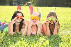 Смешные подростки в траве Стоковая Фотография