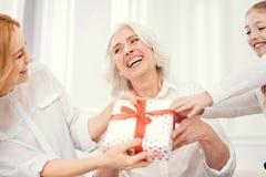 Смешные 3 поколения женщин шутя пока делящ настоящий момент Стоковая Фотография RF