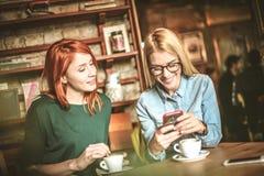 Смешные сообщения Женщины на кафе Стоковое Фото