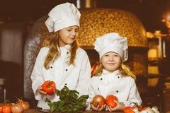 Смешные счастливые девушки шеф-повара варя на ресторане Стоковая Фотография RF
