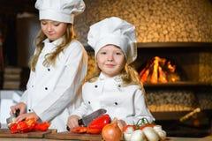 Смешные счастливые девушки шеф-повара варя на ресторане Стоковые Изображения RF