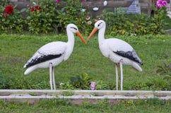 Смешные 2 украшения белых аиста в курорте паркуют Стоковые Фото