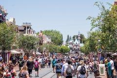 Смешные улицы парка Диснейленда Толпа идя веселых людей Стоковые Изображения