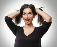 Смешные усмехаясь предназначенные для подростков делая отрезки провода из волос Стоковые Изображения