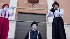 Смешные ходули и пантомима делают представление на улице акции видеоматериалы