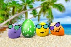 Смешные яичка с солнечными очками на экзотическом пляже Стоковая Фотография RF