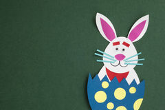 Смешными handmade яичка шаржа помещенные кроликами внутренние с copyspace Стоковые Изображения
