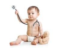 Смешным пеленка weared младенцем с стетоскопом стоковые фотографии rf