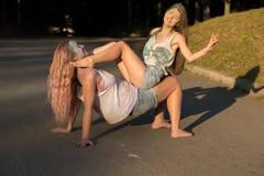 2 смешных белокурых друз женщины предусматриванного с colofrul красят havin Стоковые Изображения