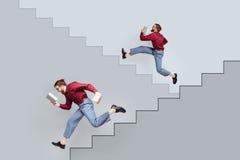 2 смешных двойных люд при книги бежать вверх и вниз Стоковое Изображение RF