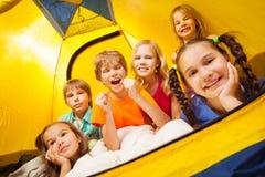 6 смешных детей имея потеху в шатре Стоковое фото RF