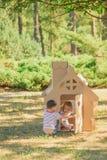 2 смешных дет играют Стоковая Фотография