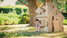 2 смешных дет играют Стоковые Изображения
