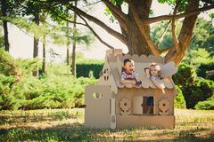 2 смешных дет играют Стоковые Фотографии RF