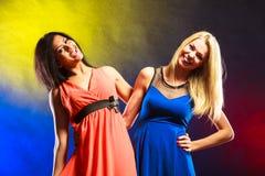 2 смешных женщины в платьях Стоковые Изображения