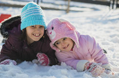 2 смешных прелестных маленьких сестры играя в снеге Стоковое Фото