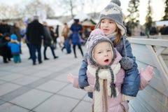 2 смешных прелестных маленьких сестры outdoors в зиме Стоковые Фотографии RF