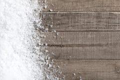 Смещение снега на деревянные доски с пустым пространством или комнатой для экземпляра, текста, или ваших слов.  Горизонтальный или Стоковое фото RF