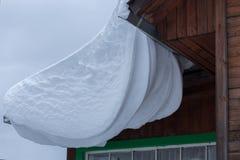 Смещение снега на крышу Стоковые Изображения RF