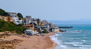 смещение удя среднеземноморскую сетчатую туну моря Пляж песка Сицилии стоковые изображения