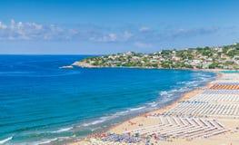смещение удя среднеземноморскую сетчатую туну моря Широкий общественный пляж Gaeta Стоковое Фото