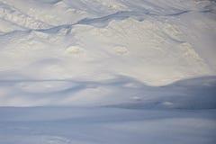 Смещения снега в день зимы солнечный стоковая фотография rf